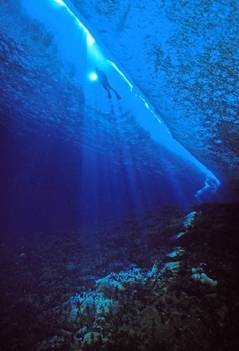 antarctic-diving-sea-crack